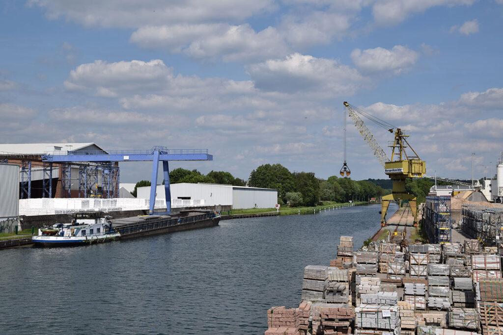 Auch über einen eigenen Stadthafen verfügt Osnabrück und ist darüber an den Mittellandkanal angeschlossen.