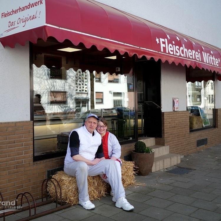 Andreas und Anika Witte vor ihrem Fleischereigeschäft