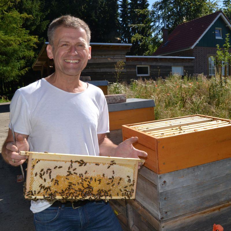 Imker Christian Jockheck mit seinen Bienen