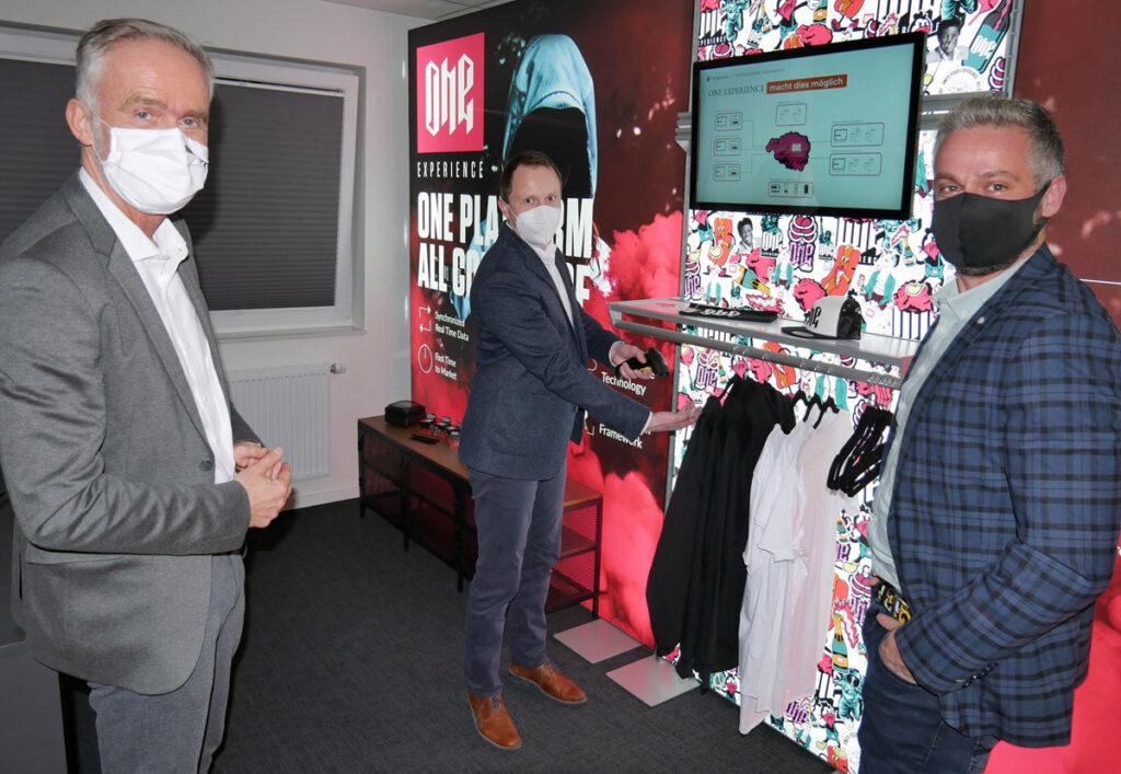 Oberbürgermeister Wolfgang Griesert und die beiden Projekteins-Geschäftsführer Ingo Hagemann und Marcel Führer (v.l.n.r.) sprachen auch über die Chancen der Digitalisierung für den Einzelhandel in Städten wie Osnabrück.