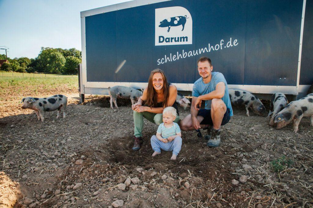 Zusammen mit seiner Lebensgefährtin Anna Zeidler bewirtschaftet Peer Sachteleben den Schlehbaumhof in Osnabrück. Die auffälligen mobilen Schweineställe sind zu einem echten Markenzeichen geworden. Foto: Gunnar Geller
