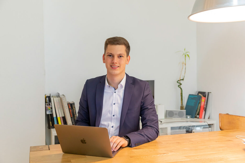 Henning Hünerbein in seinem Büro im ICO InnovationsCentrum Osnabrück.