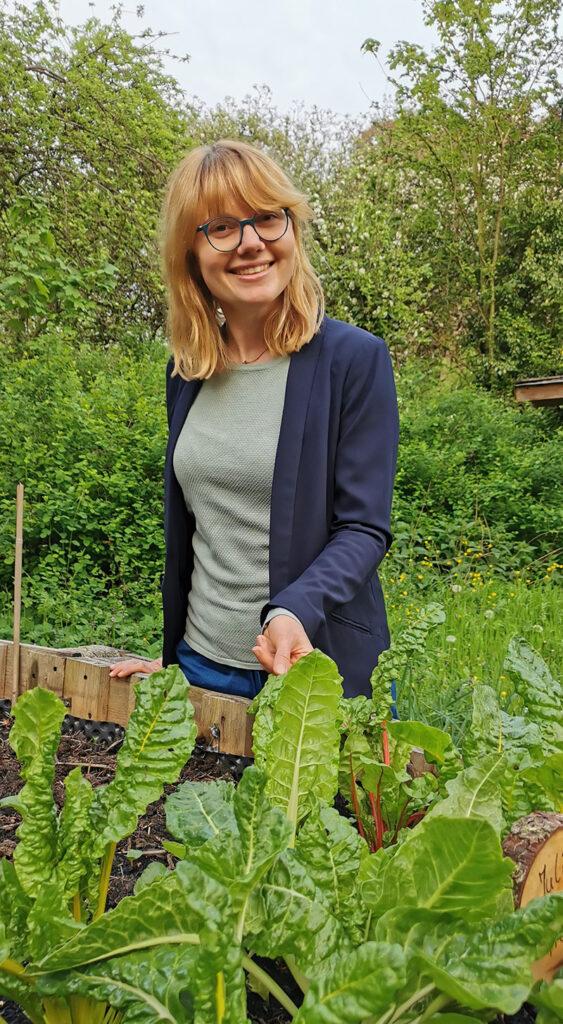 Gärtnern am Gertrudenberg: Julia Fink in ihrer grünen Oase nahe dem Osnabrücker Zentrum. Foto: Felizia Göltenboth