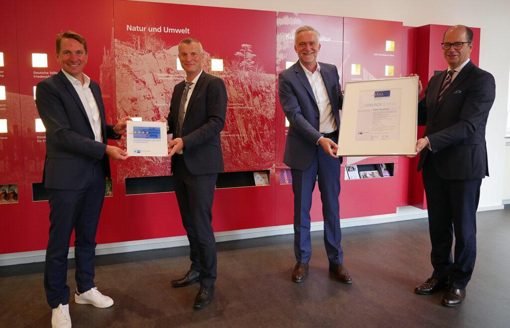Freuten sich über die Auszeichnung: Osnabrücks Oberbürgermeister Wolfgang Griesert (2.v.r.) und Ralf Minning (WFO, 3.v.r.), zusammen mit IHK-Präsident Uwe Goebel (r.) und IHK-Hauptgeschäftsführer Marco Graf.