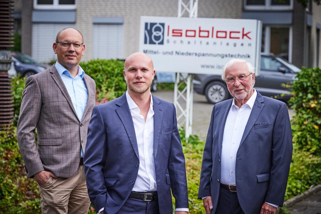 V.l.n.r.: Roger Schmiemann (Geschäftsführender Gesellschafter), Julian Vetter (Geschäftsführer) und Wilfried Tempelmeyer (ehemaliger Geschäftsführer und Mitgründer Isoblock). Letzterer ist der Großvater und direkte Vorgänger von Julian Vetter.